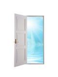 Open deur en blauwe hemel Royalty-vrije Stock Fotografie
