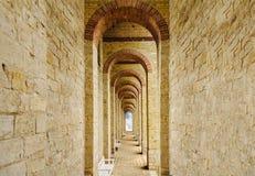 Open deur in het eind van de overspannen tunnel Royalty-vrije Stock Afbeelding