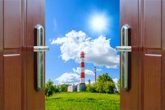 Open deur met van groene die weide door heldere zonneschijn wordt verlicht Stock Afbeeldingen