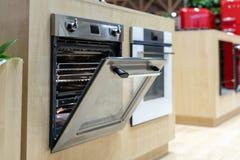 Open deur op zwarte moderne ingebouwde oven royalty-vrije stock afbeeldingen