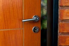 Open deur van een familiehuis Close-up van het slot een gepantserde deur stock foto
