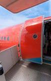 Open deur van groot burgerlijk die vliegtuig in rood wordt geschilderd royalty-vrije stock foto's