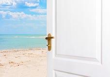 Open deuren aan het strand Stock Foto's