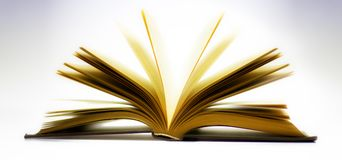 Open die boek op lichtblauwe achtergrond wordt geïsoleerd Stock Afbeelding