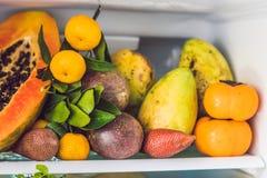 Open die Ijskast met Verse Vruchten en Plantaardig, Ruw Voedselconcept wordt gevuld, gezond het eten concept stock foto