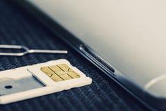 Open Dienblad van Micro Sim Card Beside Smartphone royalty-vrije stock afbeelding