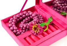 Open doos met decoratie en bloem stock afbeeldingen