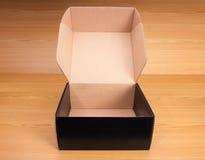 Open doos op houten achtergrond Stock Afbeelding