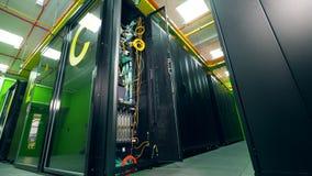 Open eenheid van een lege serverruimte stock videobeelden