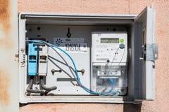 Open elektrische paneel en meter in een straat in Caceres, Extremadura, Spanje stock afbeelding