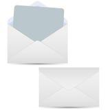 Open en gesloten geweeste witte enveloppen Stock Afbeelding