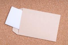Open Envelop en document op cork achtergrond Royalty-vrije Stock Afbeelding