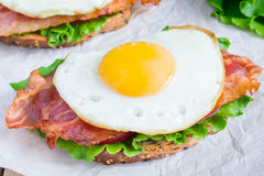 Open face sandwich with egg, bacon, tomato and lettuce Royalty Free Stock Images