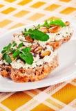 Open a fait face à des sandwices avec du fromage de chèvre, les amandes et l'arugula Images stock