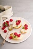 Open a fait face à des sandwichs avec du fromage, les poires et la framboise Image stock