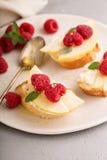 Open a fait face à des sandwichs avec du fromage, les poires et la framboise Photos libres de droits