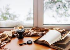 Open fotoalbum, kaars, vergrootglas en en beige warme pl stock afbeelding