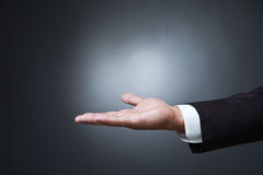 Open gömma i handflatan handgest av mannen på mörker royaltyfri bild