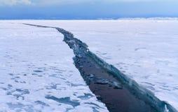 Open gebarsten ijs op meer Baikal Royalty-vrije Stock Fotografie