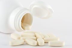 Open geneeskundefles met pillen Stock Foto