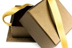Open giftdoos met gouden lint Royalty-vrije Stock Foto's