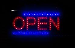 Open glühendes Zeichen nachts Lizenzfreies Stockbild