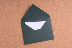 Open Groene Envelop met document op cork achtergrond Royalty-vrije Stock Foto