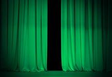 Open groene of smaragdgroene gordijnen op theaterstadium Stock Foto
