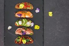 Open ha affrontato i panini con i fiori commestibili Fotografia Stock Libera da Diritti