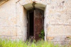 Open ha arrugginito porta in vecchia parete, struttura del fondo Fotografie Stock Libere da Diritti
