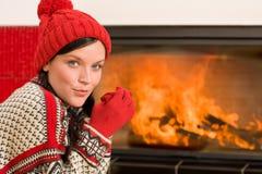 Open haard die het gelukkige huis van de vrouwenwinter opwarmt Royalty-vrije Stock Fotografie