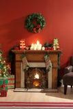 Open haard die voor Kerstmis wordt verfraaid stock fotografie