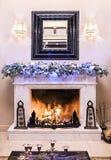 Open haard die voor Kerstmis wordt verfraaid royalty-vrije stock afbeeldingen