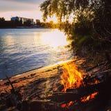 Open haard door de rivier royalty-vrije stock fotografie