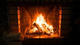 Open haard en brandend brandhout Het traditionele verwarmen royalty-vrije stock foto's