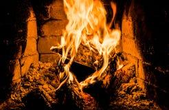 Open haard en brandend brandhout Het traditionele verwarmen stock afbeeldingen