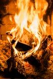 Open haard en brandend brandhout Het traditionele verwarmen stock fotografie