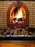 Open haard en brandhout in ruimte van landelijk huis royalty-vrije stock afbeelding
