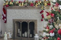 Open haard en Kerstboom in woonkamer Royalty-vrije Stock Afbeeldingen
