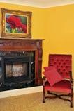 Open haard en rode stoel Stock Fotografie