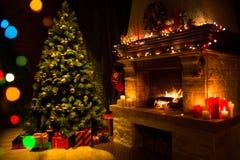 Open haard en verfraaide Kerstboom en kaarsen Royalty-vrije Stock Afbeeldingen