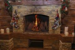 Open haard het branden Warme comfortabele brandende brand Royalty-vrije Stock Foto's