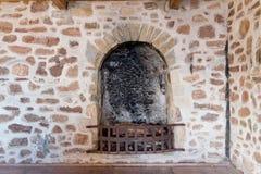 Open haard in het oude kasteel stock afbeelding