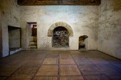 Open haard in het oude kasteel royalty-vrije stock afbeelding