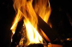 Open haard - hout en brand thuis Stock Fotografie