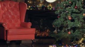 Open haard, Kerstmisboom in een ruimte voor Kerstmis wordt verfraaid die stock videobeelden