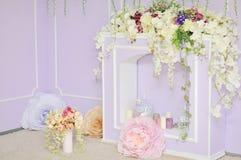 Open haard met bloemen wordt verfraaid die royalty-vrije stock foto