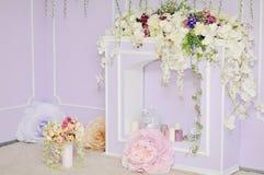 Open haard met bloemen wordt verfraaid die royalty-vrije stock afbeelding