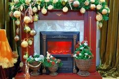 Open haard met een Kerstmisdecoratie Stock Afbeeldingen