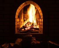 Open haard met het branden van brandhout bij nacht royalty-vrije stock foto